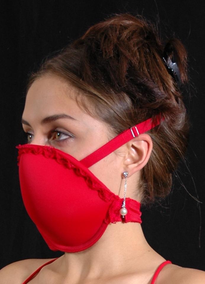 маска из лифчика